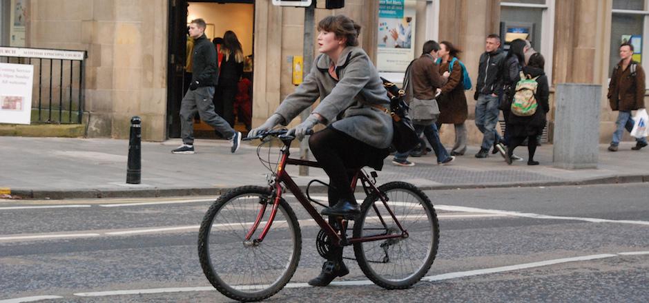 Aller au travail en vélo et arriver fraîche comme la rosée du matin?