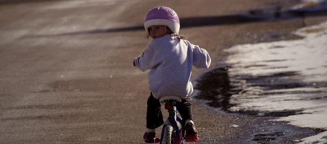 Enfants à vélo: à partir de quel âge peut-on les laisser y aller seuls?