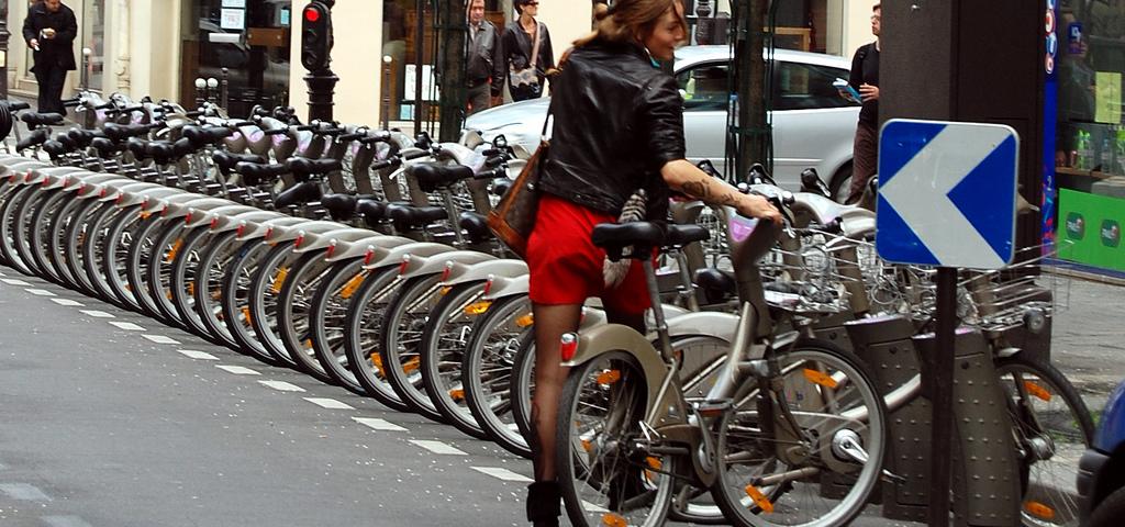 2 trialistes tente la figure à vélo version libre-service