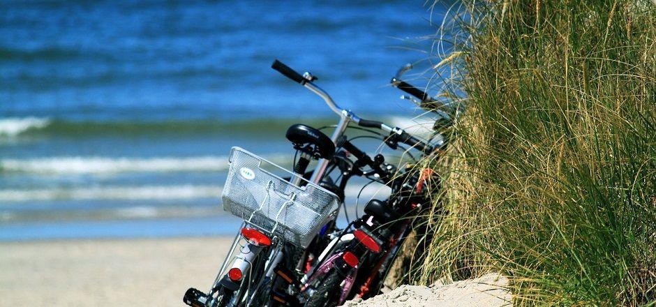 Transporter son surf à vélo pour allier glisse et pédalage