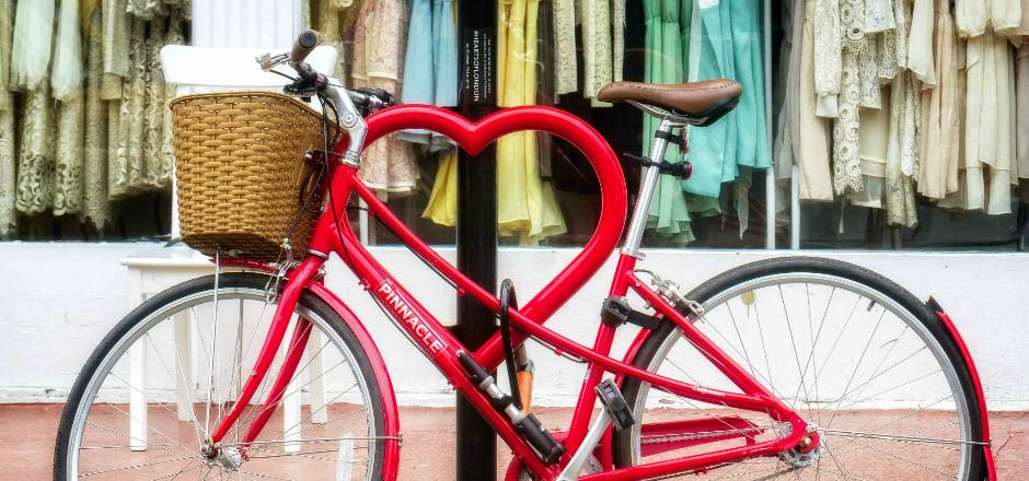 Les histoires d'amour qui se déclenchent ou qui se vivent à bicyclette sont nombreuses. D'où cette question, le vélo est-il le véhicule de l'amour?