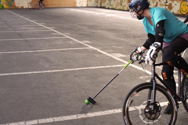 Si le bike polo peine à trouver des pratiquantes, c'est peut-être par manque de visibilité. Les (petites) reines du maillet sur 2 roues témoignent...