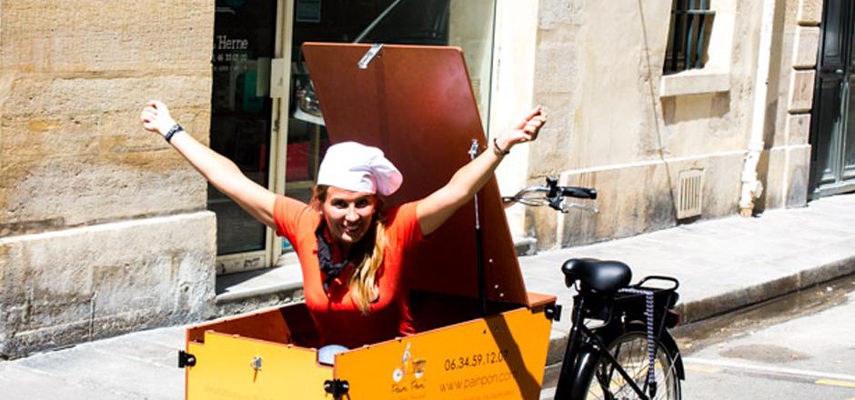 Charlotte, son pain, et son vélo triporteur