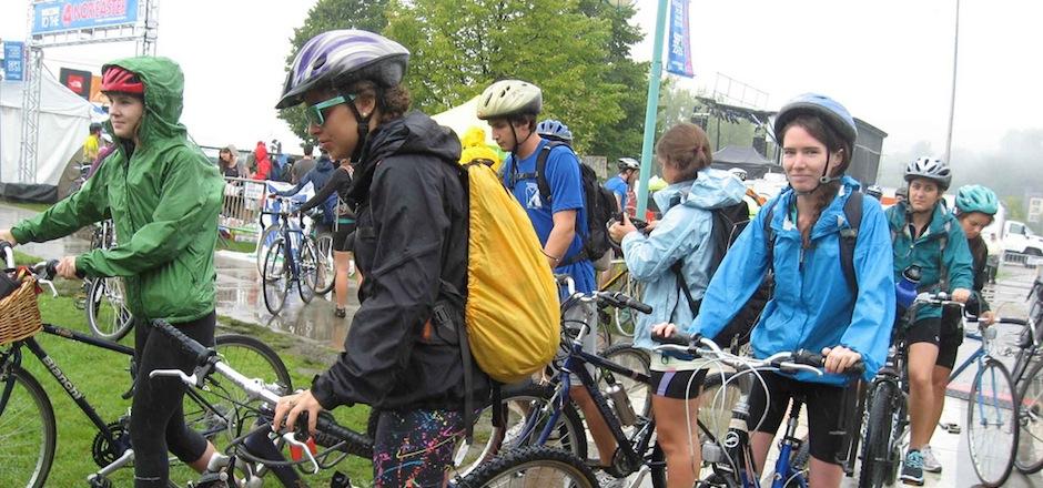 À vélo la tête au sec: 3 idées pour se protéger de la pluie!
