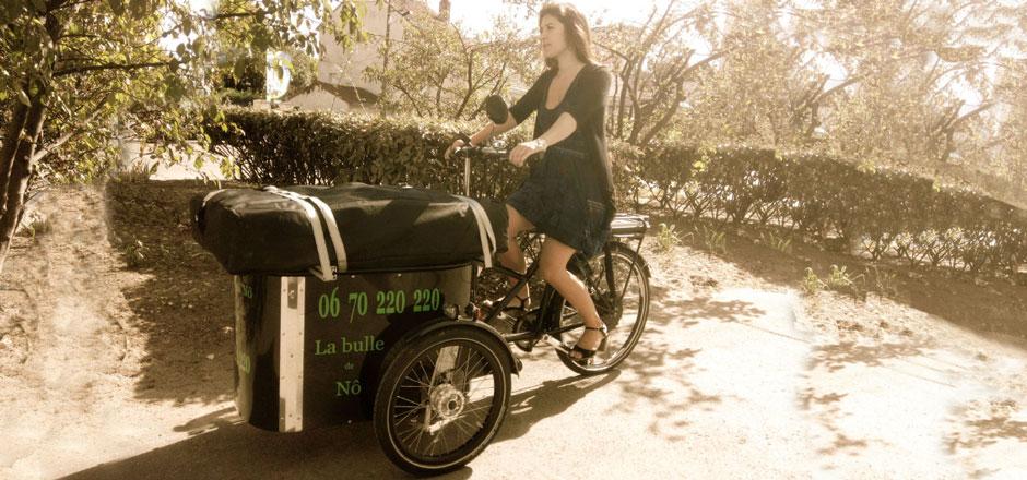 """Des massages à domicile et à vélo, c'est la spécialité de """"la Bulle de Nô"""". Rencontre avec Noémie, jeune masseuse professionnelle sur trois roues."""