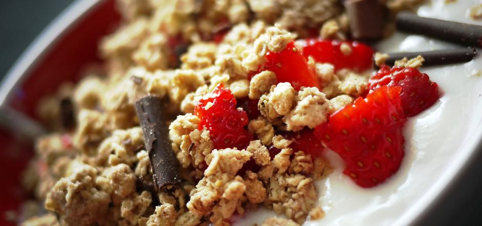 [Recette] Yaourt grec aux flocons d'avoine grillés et fruits rouges