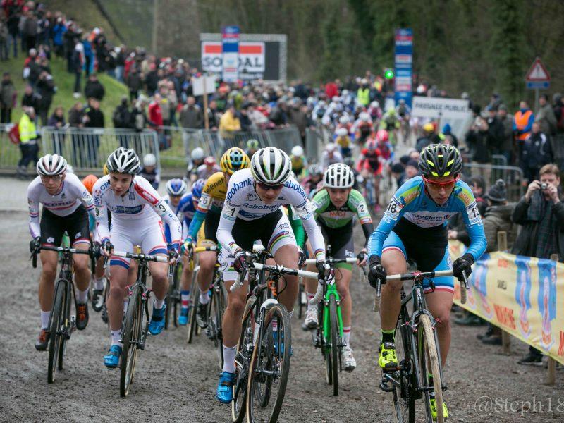 L'hiver qui guette sur nos routes ne relègue pas le vélo au placard! Au contraire, avec le cyclo-cross, la saison à vélo continue!