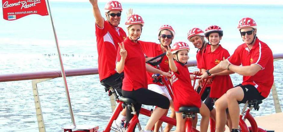 Le vélo-conférence, c'est un seul vélo pour toute la famille! Pour 5 ou 7 utilisateurs, ce vélo insolite deviendra-t-il l'outil convivial par excellence?