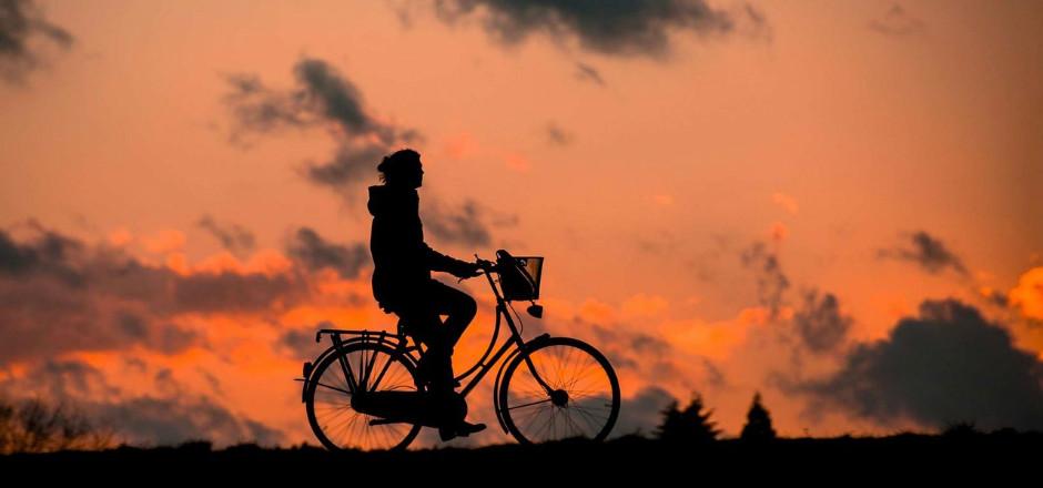 Être visible à vélo signifie avant tout sécurité. Specialized l'a bien compris: casque, veste et feux… La panoplie complète pour une visibilité maximum!