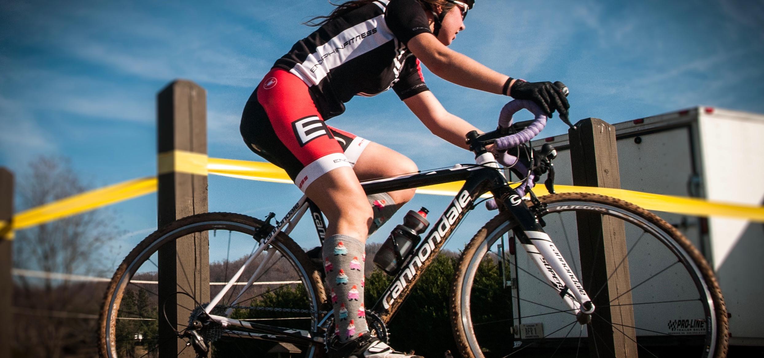 Autrefois associées aux bas des grand-mères, les chaussettes de contention sont aujourd'hui très appréciées par les adeptes du vélo. Voici leurs bénéfices!