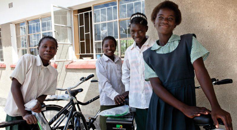 Grâce au programme World Bicycle Relief, un vélo peut venir en aide à une partie de l'Afrique. Vladimir Vasak, journaliste pour ARTE raconte son expérience.
