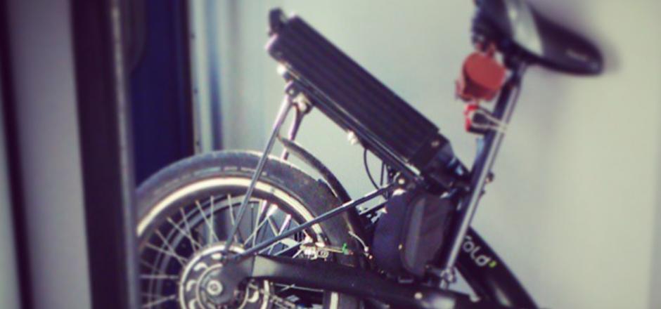 Roulez verte de A à Z! Le recyclage de la batterie de votre vélo électrique en fin de vie limite les risques de pollution! Lire la suite... Votre vélo électrique vous a tant aidé à affronter les kilomètres, les côtes et les bourrasques… Et aujourd'hui, sa batterie vous lâche. Fatiguée voire au bord du burn-out, elle est bel et bien à plat, après 1500 cycles de charges pour les meilleures. Mais avant d'en acheter une nouvelle, « faites une fleur à votre vélo électrique: débarrassez-vous en correctement » nous explique RECUPEL. Recyclez! Recyclage d'une batterie de vélo électrique: 4 possibilités Savez-vous que les marchands de vélos ont l'obligation légale de reprendre les vélos électriques usagés que leur rapportent leurs clients à l'achat d'un nouvel exemplaire similaire? Vous pouvez amener à votre détaillant votre vieux vélo électrique qui prend la poussière dans le garage si vous comptez en acheter un autre ou juste la batterie que vous devez remplacer. Vous avez aussi la possibilité de déposer vos batteries usagées au parc à conteneur. Elles seront triées, traitées et valorisées pour servir de matières premières pour de nouveaux objets. Et si votre vélo électrique est encore en état de marche, même si une petite cure ne lui ferait pas de tort, les centres de réutilisation, comme les Petits Riens, les Fées du Sport et bien d'autres (selon votre région), l'accueilleront les bras ouverts! Et vous, quelle filière de recyclage avez-vous choisi pour votre vélo électrique?