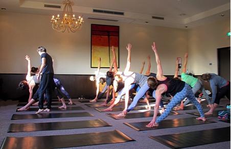 Séance de yoga matinal avec l'équipe