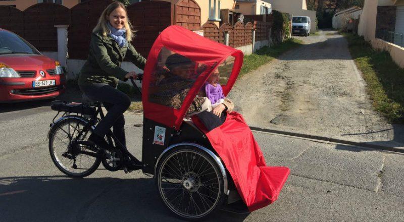 Des promenades à vélo pour seniors, c'est possible grâce à l'association «À vélo sans âge». Découvrez ce mouvement cyclable qui arrive en France!