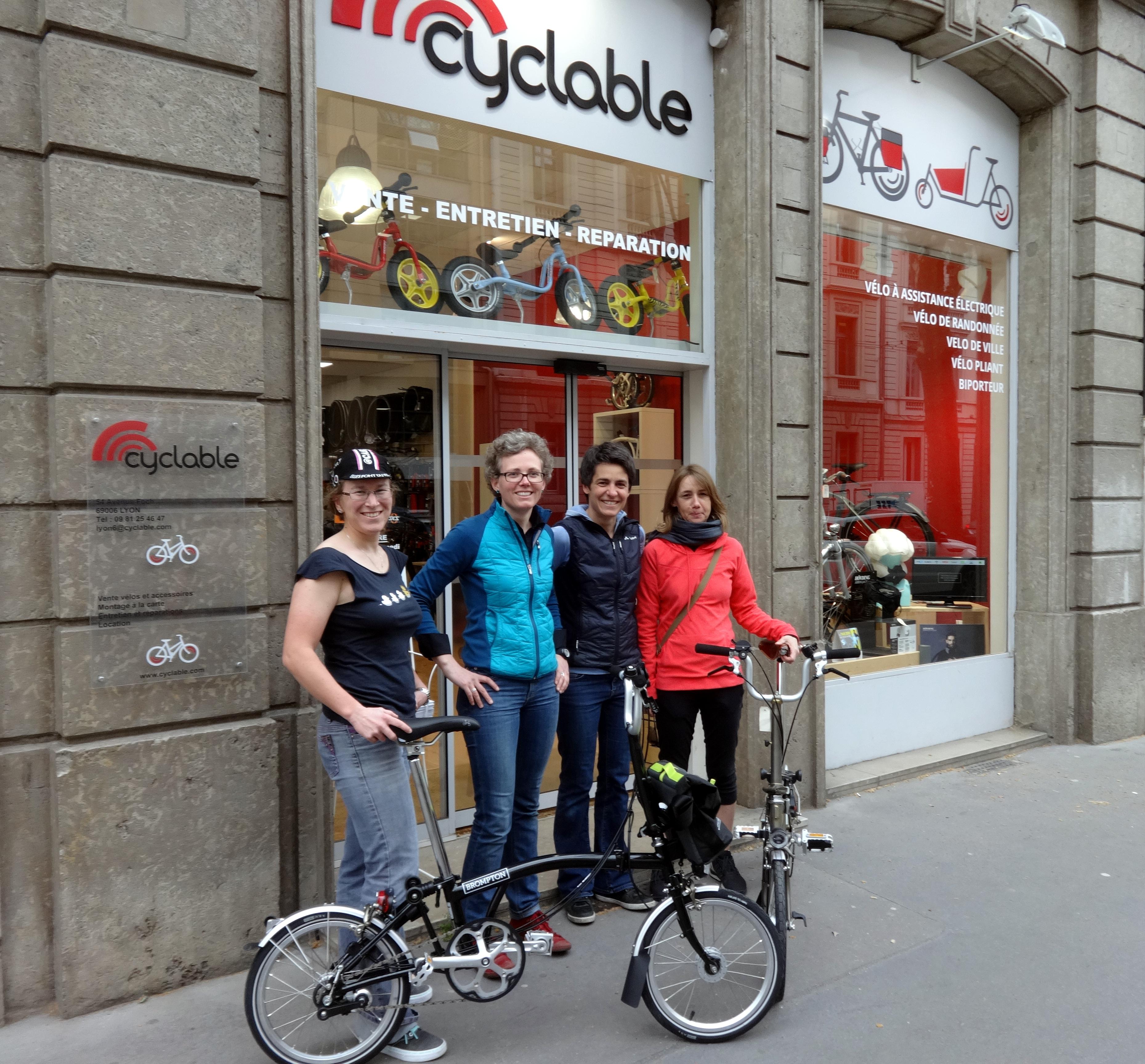 Laura, Aurélie, Séverine et Isa devant le magasin Cyclable Lyon 6