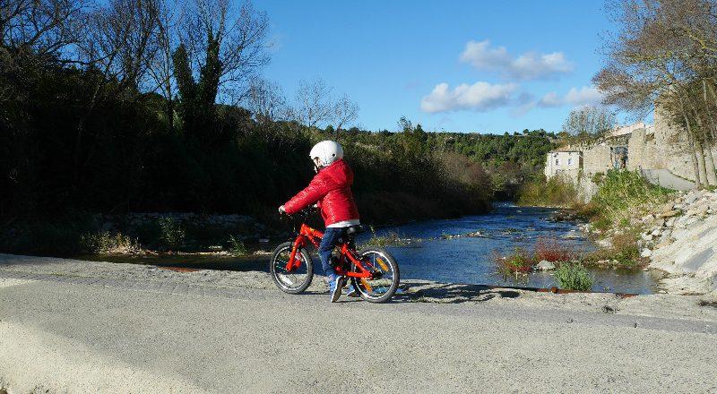 Découvrez un résumé d'études sur les avantages de faire du vélo pour les enfants. Le VTC enfant est l'alternative pour une activité physique extrascolaire.