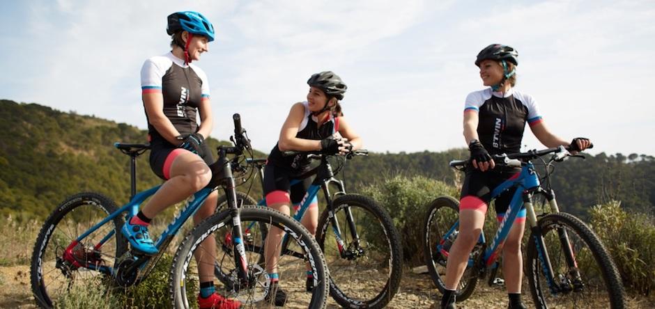 Textile VTT et textile vélo de route répondent à des besoins différents. Quel choix de tenue pour des balades et circuits en tout confort?
