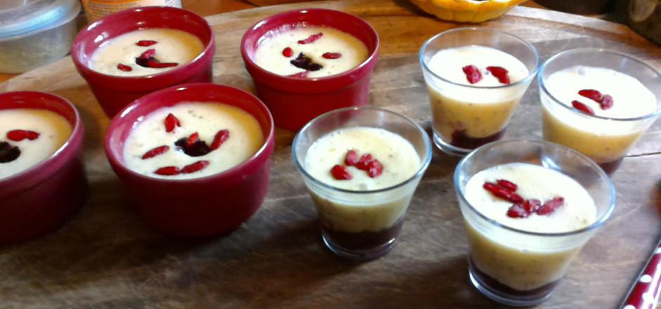 Un flan vanille revisité aux graines de chia et à la compote de fruits rouges, ça vous tente? Un dessert sans gluten et délicieux!