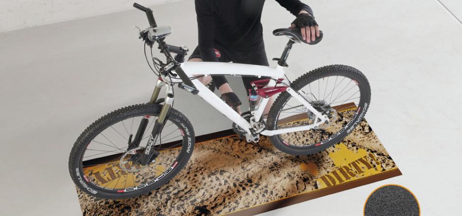 À quoi peut vous servir un bon tapis vélo? Pour entreposer, réparer, entretenir et s'entraîner, il est avant tout utile.