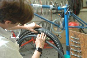 Isabelle monte son vélo aux Ateliers Vélo Voot à Bruxelles