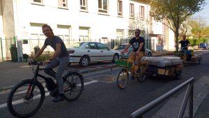 Le vélo électrique, ce n'est pas vraiment de la triche et ça aide pas mal. Ici, un VAE qui traine un vélo qui traine une remorque qui traine un autre vélo qui traine une remorque. Tchou-tchou!