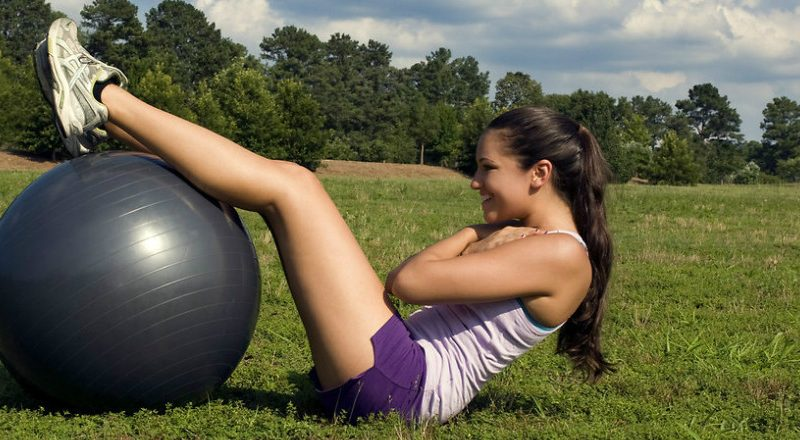 3 exercices pour renforcer votre dos et vos abdominaux avec une swissball