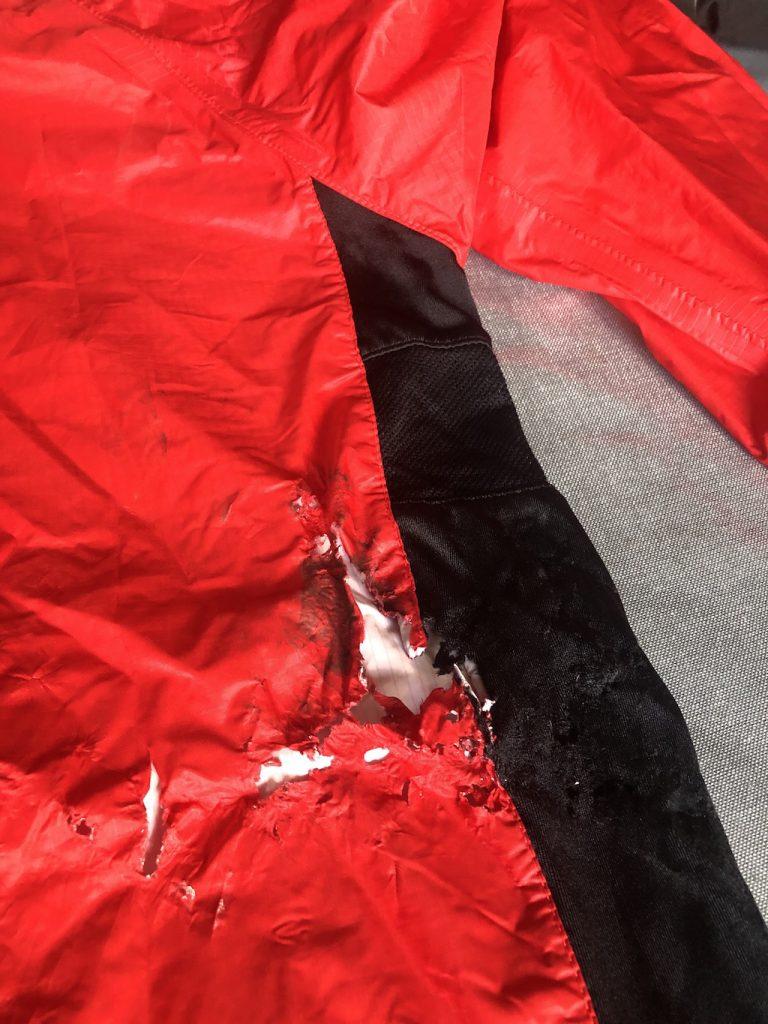 veste déchirée lors de la Gravel Caminade de l'Héraultaise