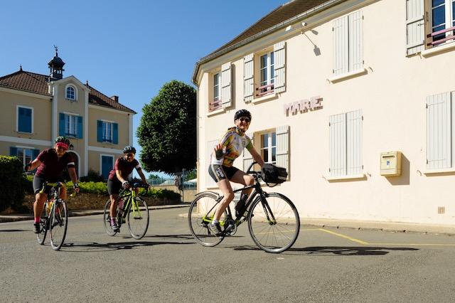 rando vélo Monticyclo devant la mairie