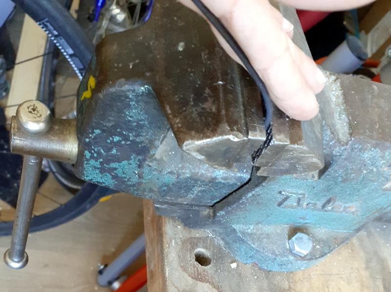 etau et rayon vélo pour créer la boucle de la ceinture en chambre à aire vélo