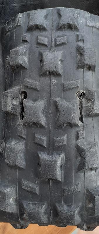 insersion sacoche en pneu de vélo