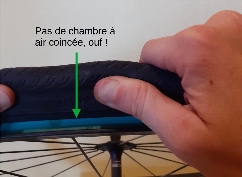 réparer une crevaison d'un pneu vélo - attention à la chambre à air