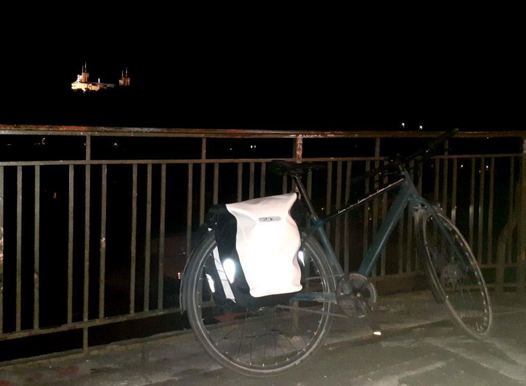 sacoches vélo arrière de la célèbre marque Orlieb de nuit