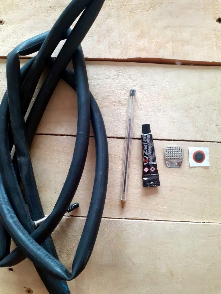 coller une rustine sur une chambre à air vélo : matériel
